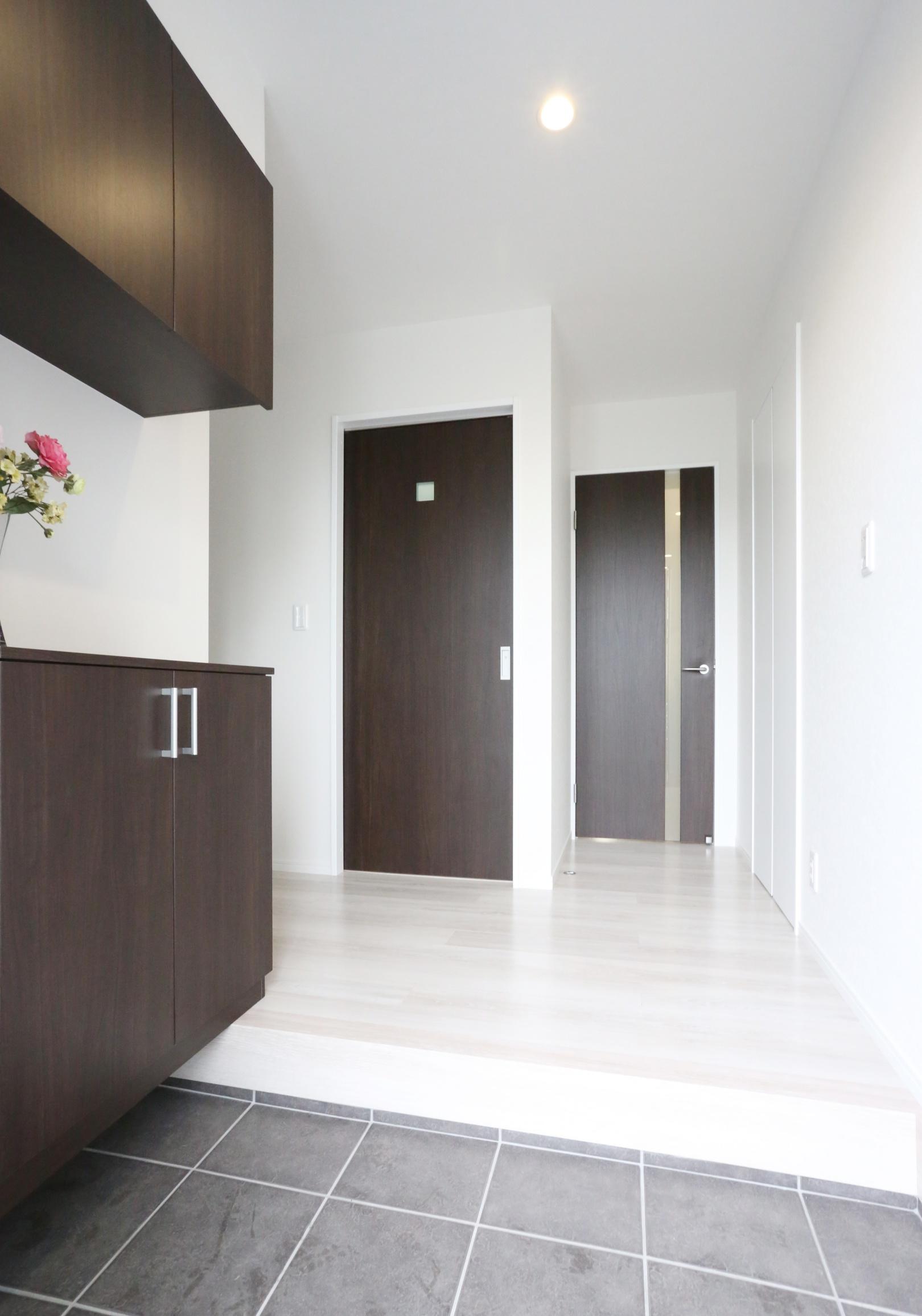 右の扉からは直接リビングへ、左の引戸からは洗面脱衣室を通って リビングへいくことができます。