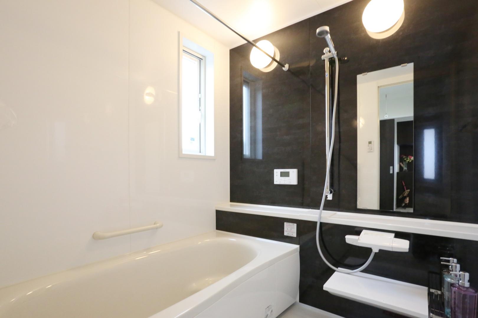 お子さんと一緒に入ってもゆったりした空間。 約1,25坪の広めの浴室には暖房乾燥機もついています!