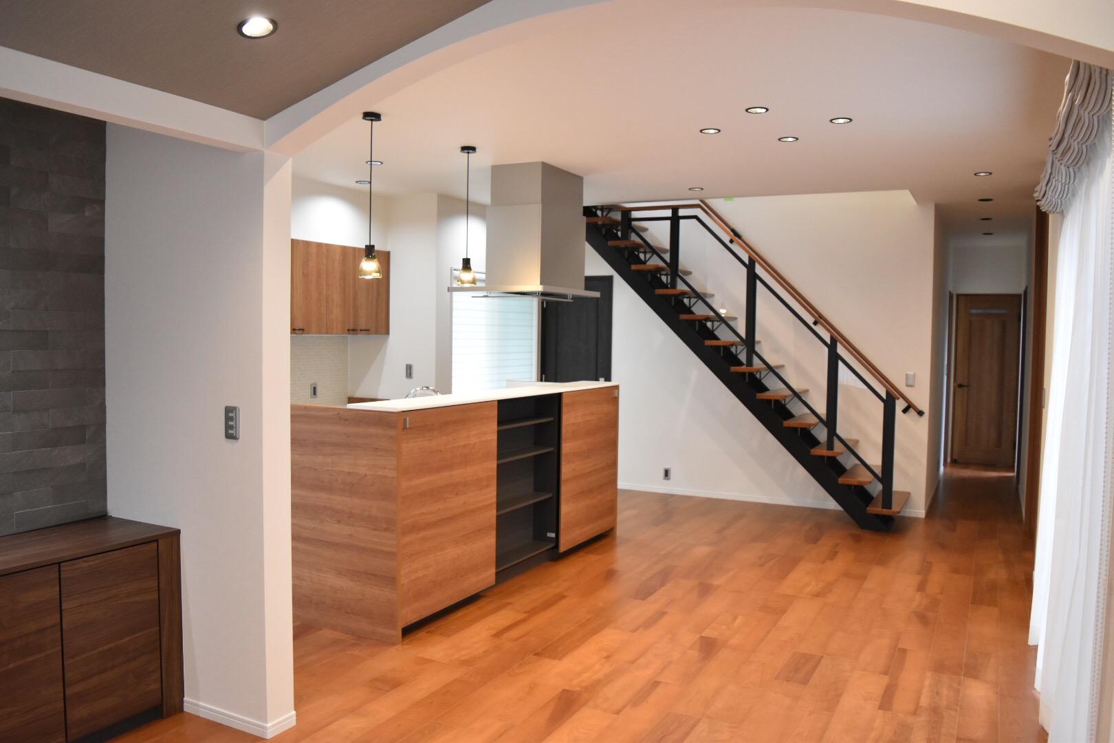 LDKを見渡せるアイランドキッチンと存在感のあるオープン階段。