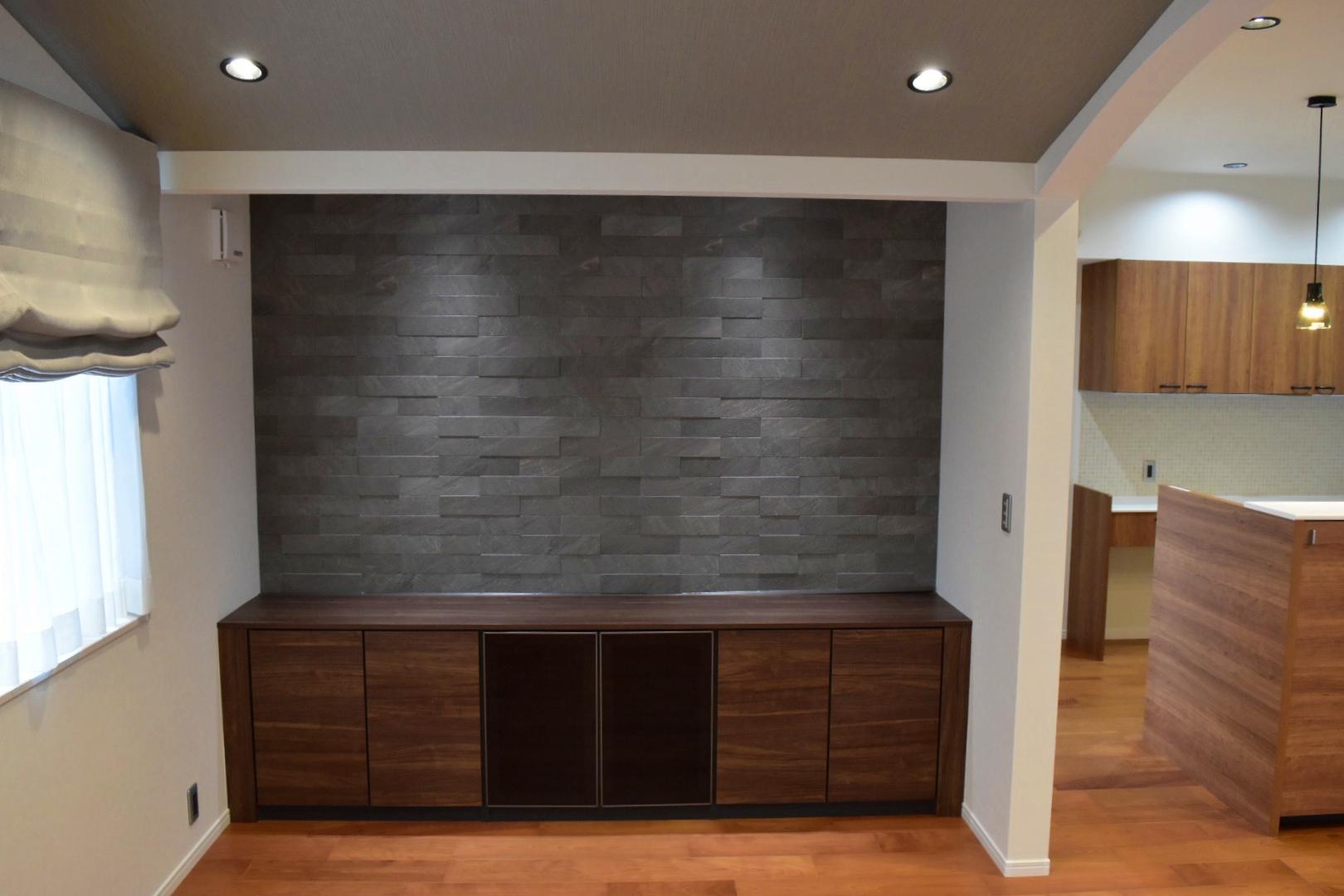 作り付のTVボードと壁には調湿効果もあるエコカラットで高級感のある空間に!