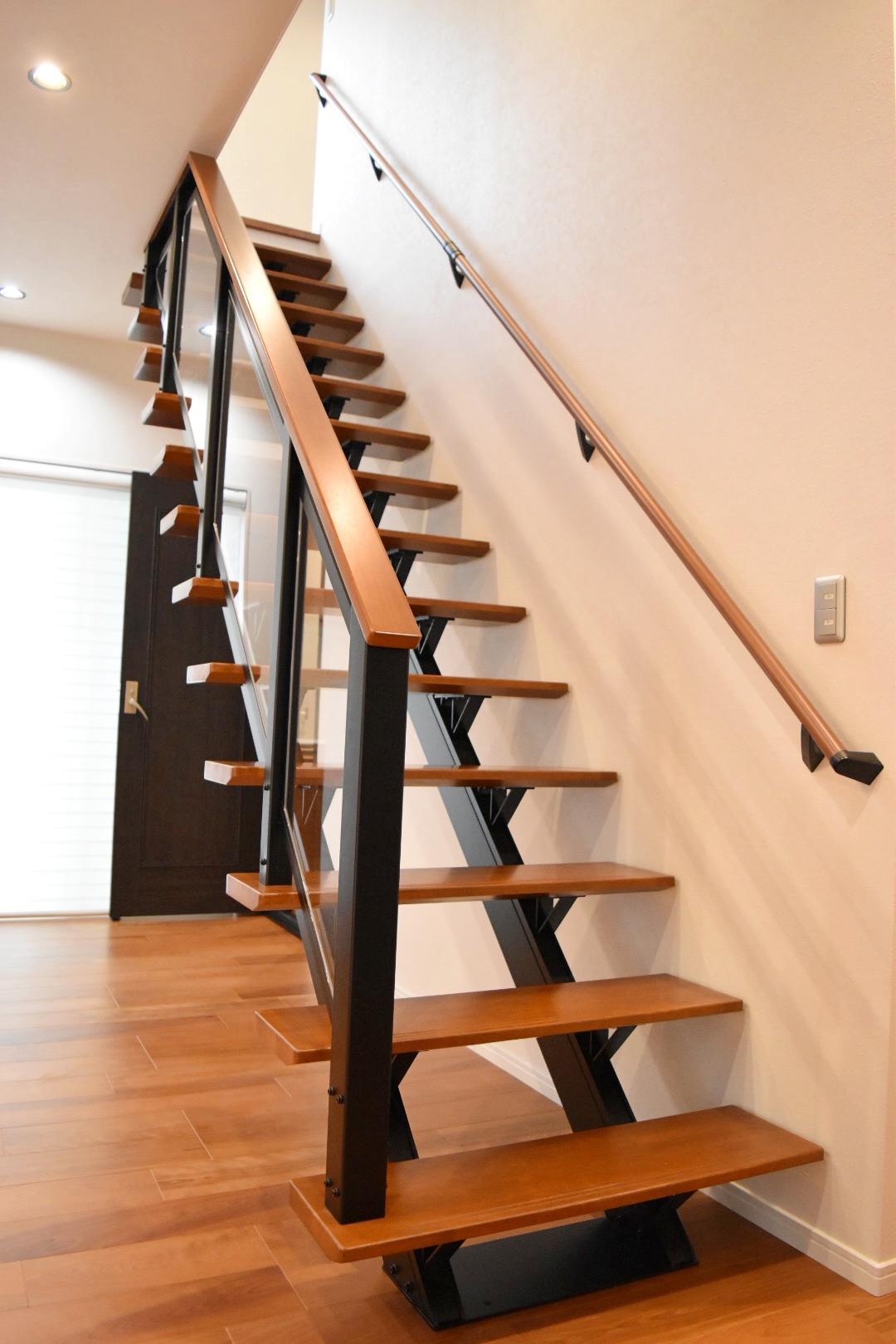 2階から光が照らすオープン階段。 LDKが明るくなります。
