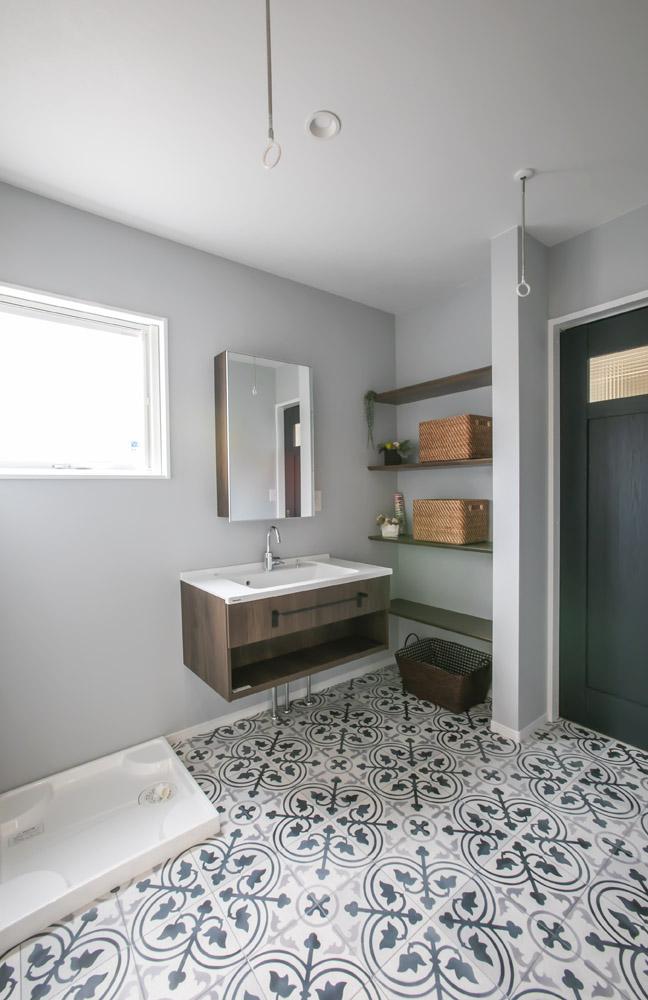 フロートタイプの洗面がステキ♪ 横のスペースには棚をつけて収納力UP!