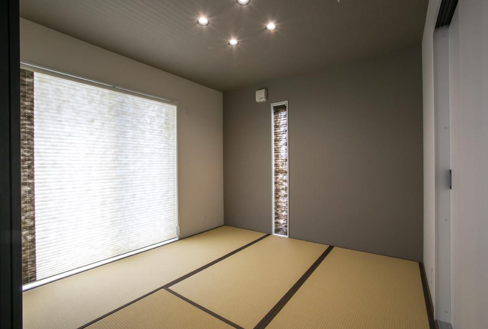 リビングの隣には和室。 2枚の連動引き戸を開けたり閉めたり自由自在。