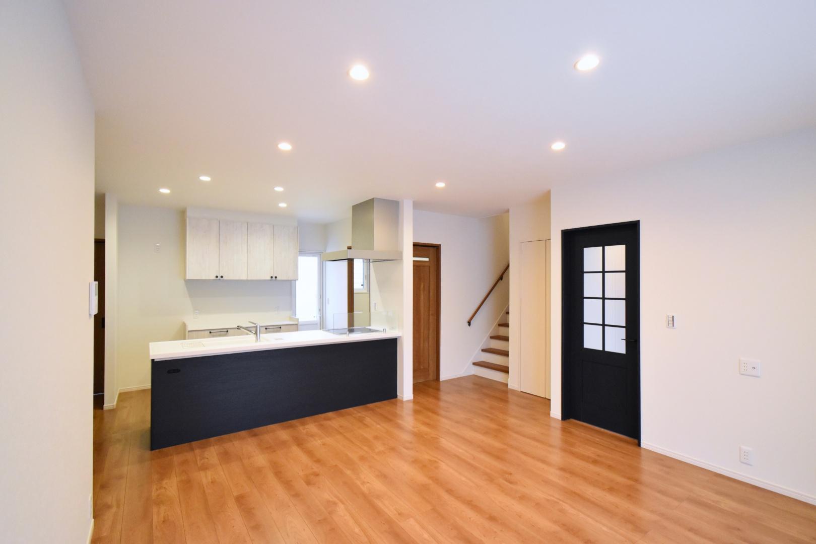 キッチンの背面もドアと同じ ネイビーオーク柄で統一しました。