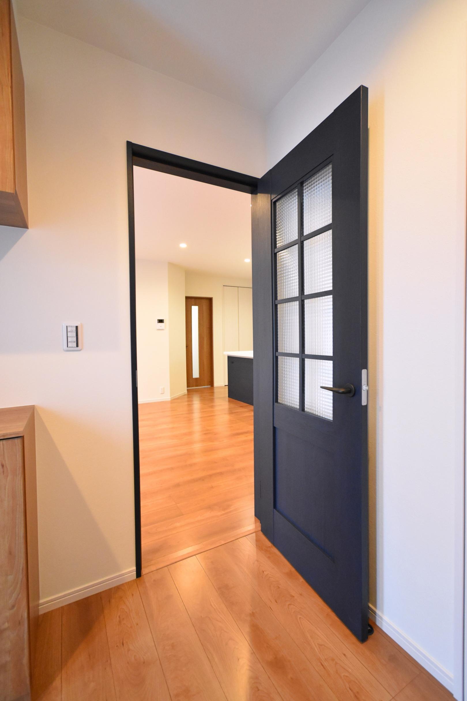 クラフトレーベルのドア。 ネイビーオーク柄はやはりとても素敵です♪