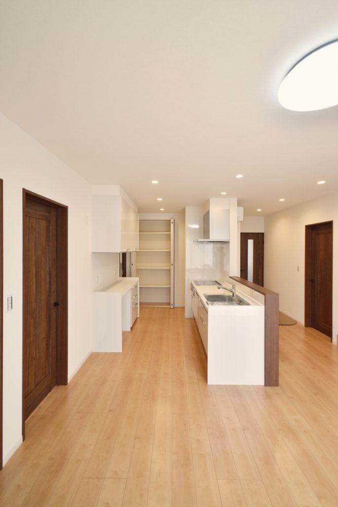 白を基調としたシンプルなキッチン。 清潔感があって、空間も広く感じます♪