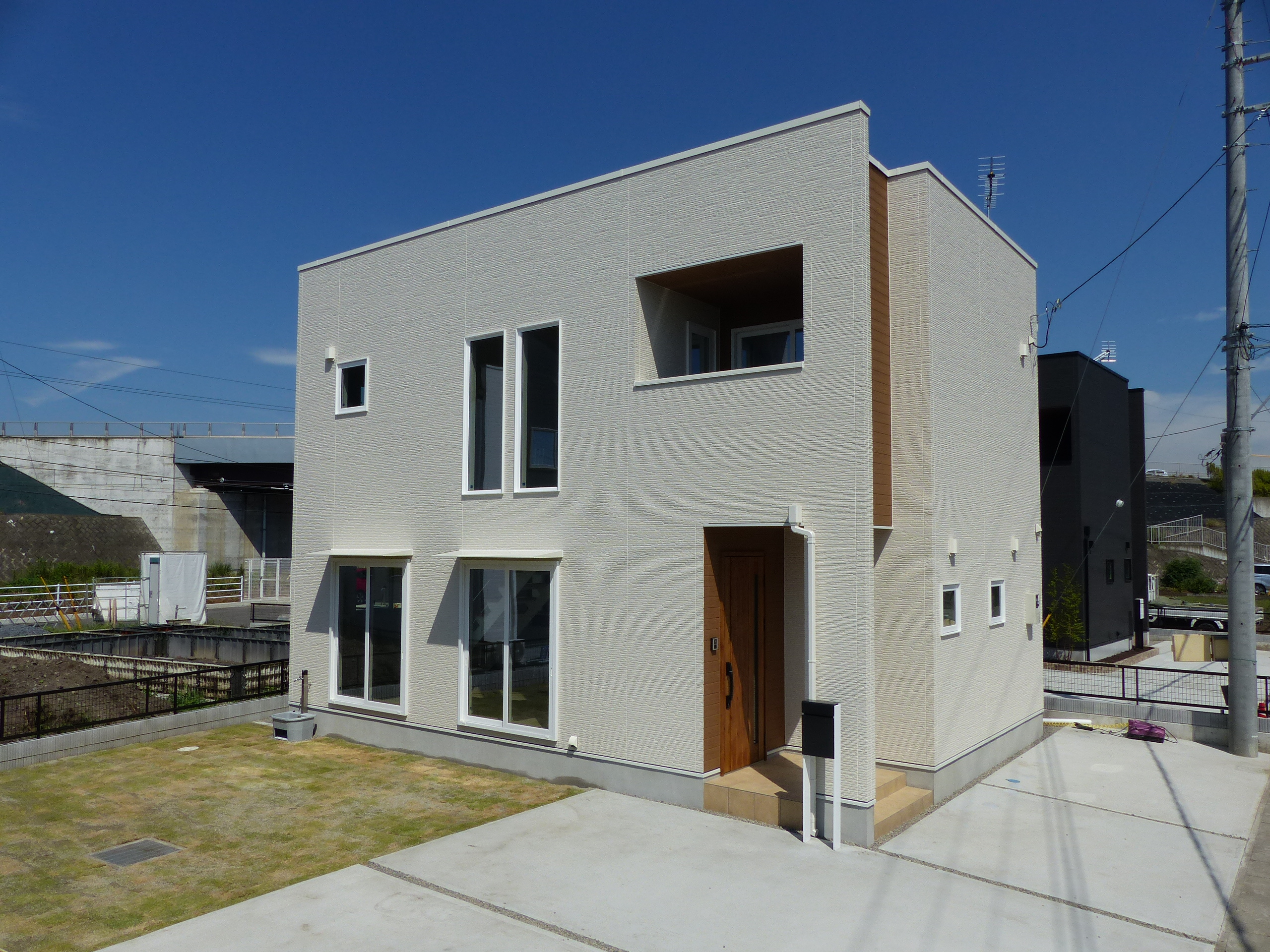 シンプルな四角い外観デザインが大きな特長です。